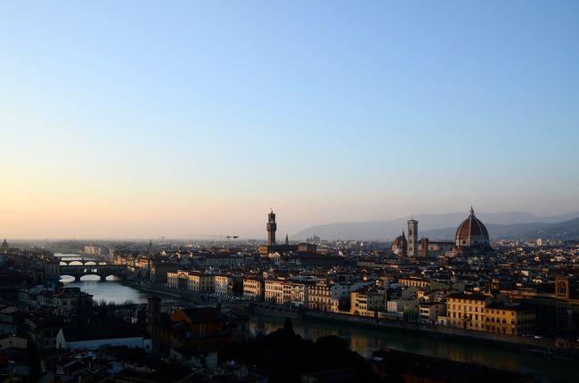 イタリアのナポリとフィレンツェという対照的な2つの都市を訪問。<br />南イタリアの明るい日差しのもと活気あふれるナポリと、貴族的な雰囲気の芸術あふれるフィレンツェ、それぞれの魅力を満喫しました。            <br />                     <br /> 【1】ナポリの街歩き          <br /> 【2】ポンペイで古代ローマのすごさを実感<br /> 【3】陽光あふれる           <br />     アマルフィとポジターノの絶景  <br /> 【4】カプリ島、青の洞門は見れなかったが<br />     代わりの絶景があった!     <br />>【5】フィレンツェは街自体が芸術    <br />                     <br />ーーーーーーーーーーーーーーーーーーーーー<br />【5】フィレンツェは回りのどの建物も美しく均整のとれた姿で、絵画や彫刻の各所にあり、街自体が芸術といった印象です。ウフィツィ美術館で珠玉の芸術作品を堪能した後、夕方フィレンツェを離れる前に少しだけ時間があったので、ミケランジェロ広場から夕日に照らされたフィレンツェの街の美しい姿を臨み、この旅を締めくくりました。            <br />ーーーーーーーーーーーーーーーーーーーーー<br />                     <br /> 【1】2/18 成田=           <br />    2/19 (パリ経由)=ローマ=ナポリ<br />       ナポリ観光         <br /> 【2】2/20 ポンペイ観光        <br /> 【3】2/21 アマルフィ海岸観光     <br /> 【4】2/22 カプリ島観光        <br />       ナポリ=フィレンツェ    <br />>【5】2/23 フィレンツェ観光      <br />    2/24 フィレンツェ=ローマ    <br />    2/25 ローマ=(パリ経由)=成田