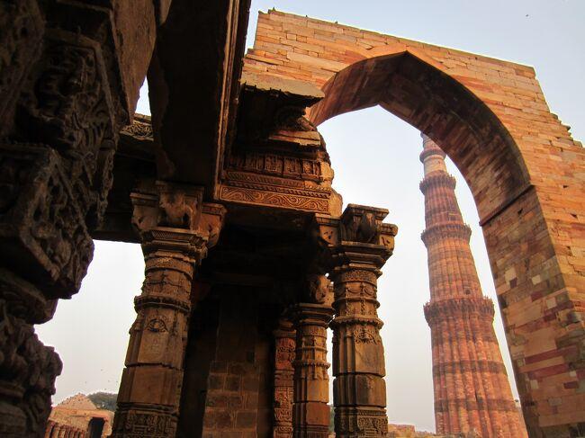 年末年始のお休み利用。人生初の、インドへ。8日間の旅。<br />VISA、自分で申請・取得しましたが、苦労した。。。<br />2012年の夏に書式変更になったらしく、<br />リンク毎に、写真のサイズ違うし。<br /><br />デリーの街は、あちこちデモで緊迫していました。<br />http://www.cnn.co.jp/world/35026420.html<br /><br /><br />今回は旅人舎のツアーに、いつもの旅友1人と参加。<br />日本語が話せるインド人ガイドさん1人<br />(全行程同じ人がついてくださった)と、<br />日本語話せないドライバーさん1人(街替わり)。<br />ツアー参加者は同世代のジョシ、合計4人でした。