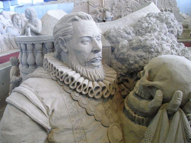 鳥取砂丘の近くにある砂の美術館に足を運んでみました。イギリス編が開催中で、砂で作られたイギリスにまつわるものがいくつも展示されていました。<br /><br />先入観を植え付けないようにするため、敢えて説明は書かないことにします。<br /><br />砂の美術館[http://www.sand-museum.jp/]