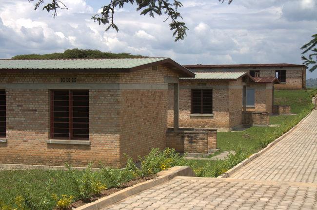 1994年に大虐殺があったムランビ村を訪れた。<br />ここには当時の様子を伝える記念館がある。<br />近くの建物には、無数のミイラや遺骨が置かれている。<br /><br />記念館のお姉さんがその建物を案内してくれた。<br />一部屋目。無数のミイラ化した遺体が無造作に置かれている。。<br />二部屋目。無数のミイラ化した遺体が無造作に置かれている。。<br />いずれも中には入らず扉の外から覗き込むように見た。<br />それでも、なんとも言えない匂いが漂ってくる。。<br /><br />三部屋目。無数のミイラ化した遺体が無造作に置かれている。。<br />扉の外から覗き込んでいると、お姉さんが、<br />「どうぞ。中に入っても良いですよ。」<br />というようなことを言っていた。わざと中には入らなかったのに。<br />中に入るとさらに強烈な匂いが。。<br />空気もジメーっとしていて、シーンとした中、虫の飛ぶブーンという音だけが聞こえる。<br /><br />このお姉さん、その後もご丁寧にすべての部屋を案内してくれた。。<br /><br />部屋によっては、あまりにも無造作にミイラが置かれているので、<br />幅50cmくらいしかない通路に腕や足が飛び出してるし。。<br />避けるのが大変です。<br /><br />写真は撮ってませんが、ネットにたくさんあるので興味のあるかたはどうぞ。<br /><br />ムランビ村は、<br />ブタレからギコンゴロ(ニャマガベ)までバスで30分。500フラン。<br />ギコンゴロのバスターミナルからボダボダで5〜10分程度。500フラン。<br />記念館からギコンゴロまでは3km程度なので歩いても行くことができます。