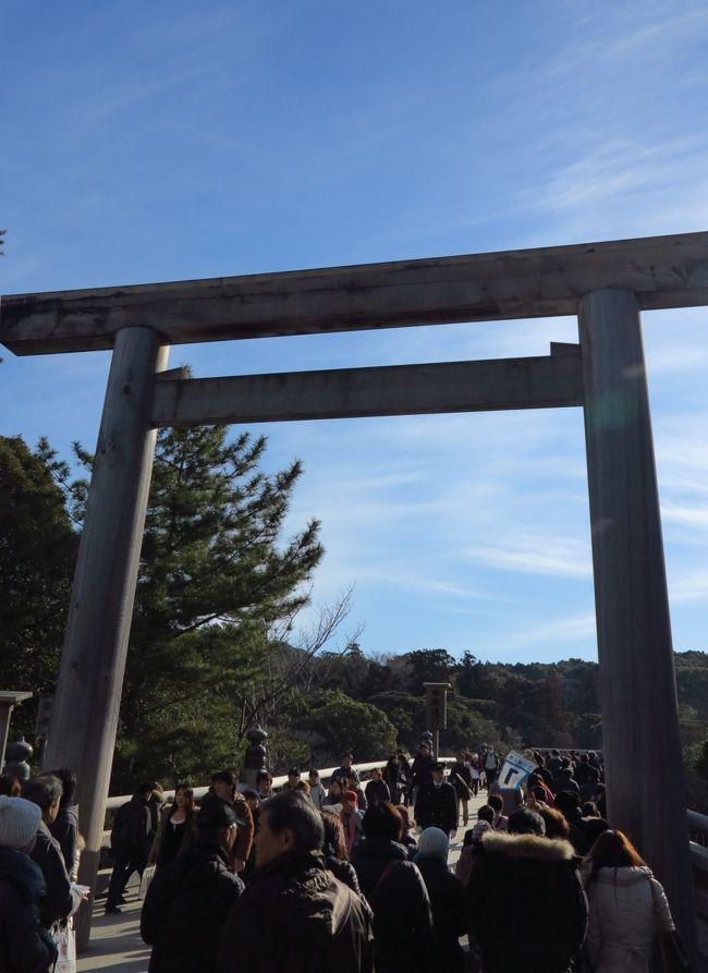 伊勢神宮は、三重県伊勢市にある神社。神社本庁の本宗(ほんそう)とされ、正式名称は地名の付かない「神宮」である。他の神宮と区別するため「伊勢の神宮」と呼ぶこともあり、親しみを込めて「お伊勢さん」「大神宮さん」とも言う。<br />古代においては宇佐神宮、中世においては石清水八幡宮と共に二所宗廟の1つとされた。明治時代から戦前までの近代社格制度においては社格の対象外とされた。(フリー百科事典『ウィキペディア(Wikipedia)』より引用)<br /><br />「第62回式年遷宮」は平成25年です。<br />平成17年から第62回式年遷宮の諸祭・行事が進行中です。(下記より引用)<br /><br />風日祈宮(かざひのみのみや)<br /> 内宮神楽殿授与所の向い側、奥の方に鳥居と宇治橋に似た橋が見えます。この橋は風日祈宮御橋(かざひのみのみやみはし)とも五十鈴川橋ともいわれており、その橋を渡ると、右手に、皇大神宮別宮、風日祈宮が鎮まっています。<br /><br /> ご祭神は、伊弉諾尊の御子神で、特に風雨を掌られると伝える神、級長津彦命、級長戸辺命をお祭り申し上げています。雨風は農作物に大きな影響を与えますので、神宮では古より正宮に準じて丁重にお祭りしています。<br /> もともと「風神社」と呼ばれていました「社」が宮号をもつ「風日祈宮」となりましたのは、鎌倉時代の『通海参詣記』によると、蒙古襲来の文永・弘安の役の際、ご神威によって猛風が起り、襲来した敵軍10万の兵を全滅させ、未曽有の国難をお救いになったご霊験に応えるべく正應6年(1239)3月20日、太政官符を以て宮号宣下を発表せられたことによります。(下記より引用)<br /><br />伊勢神宮については・・<br />http://www.isejingu.or.jp/<br />