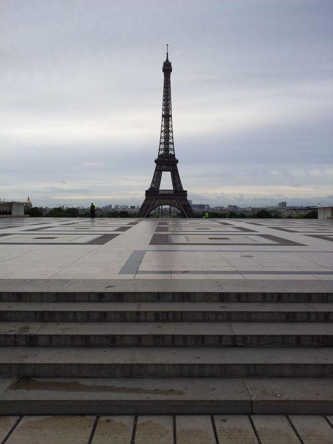 2012年の夏、オランダ、ベルギー、フランスを旅しました。いずれの国も数回目の訪問ですが、この場所から見るエッフェル塔は格別です。その場所は、トロカデロ広場です。前回訪れた時は雨でしたが、霧雨の向こうにうっすらと見えるエッフェル塔は情緒がありました。今回は快晴でしたが、早朝、真昼、夕刻と、素敵な勇姿を見ることができました。