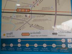 bkk2回9土曜2朝SARLラムカムヘン駅に上がったら下をSRL国鉄列車が通る