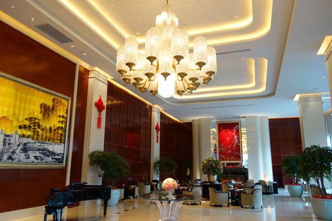 上海を拠点とする有名中華高級レストランチェーン店が創った最高級クラスのホテル。<br /><br />場所はかなり辺鄙なところだがホテルの内容はまさに最高級ホテルの名に恥じない素晴らしい出来。<br /><br />グラハイ、パークが霞むほどにスタッフ、部屋、レストラン全てにおいて文句のつけようがない。<br /><br />上海語、中国語が話せる人はこちらに宿泊すべき。<br /><br />コストが半分以下で抑えられる。<br /><br />到着すればすぐにスタッフがサポートに駆けつけてくれる。<br /><br />丁寧な対応と完璧なエスコートでチェックイン手続きに入る。<br /><br />ウエルカムドリンクもサービス。<br /><br />特にスタッフ教育には非常に力を入れているようで今までの中国国内サービスの概念を覆す程にスマートで気が利く。<br /><br />部屋のリネン、アメニティー、家具、家電も惜しみなく潤沢な予算が配分されている。<br /><br />電動ブラインドーは当たり前、浴室テレビも完備、メインのテレビはSONY。<br /><br />反日の強い時期ではあるのだが電化製品は日本を惜しみなく使うところが中国の隠れた本音なんだろう。<br /><br />常にいつどこでも日本ブランドの信頼は大変に高い。<br /><br />ロビーも大変広く質の高い装飾品で飾られている。<br /><br />このホテルの宴会場規模も非常に大きい。<br /><br />最新の大型スクリーンが会場を取り囲み数百人を簡単に飲み込むほどの規模が圧巻。<br /><br />このホテルは中国資本の超巨大さを肌を持って感じるのことができる素晴らしいホテルだと思う。<br /><br />ぜひ、一度立ち寄ってもらいたいホテル。<br /><br /><br />ザ・プリ ホテル アンド スパ 璞麗酒店 The Puli Hotel and Spa<br />http://4travel.jp/travelogue/10940045<br /><br />ザ ランガム シンティエンディー 上海新天地朗廷酒店 The Langham Xintiandi Shanghai<br />http://4travel.jp/travelogue/10938995<br /><br />パークハイアット上海 パークスイート Park Hyatt Shanghai<br />http://4travel.jp/travelogue/10925259<br /><br />IFC レジデンス 上海国金? ifc Residence<br />http://4travel.jp/travelogue/10906962<br /><br />フェニックスホテル 鳳凰大酒店 Phoenix Hotel <br />http://4travel.jp/travelogue/10786812<br /><br />アーロンズハウス 上海宏泉艾瑞酒店 Aaron&#39;s House Family Apartment<br />http://4travel.jp/travelogue/10776218<br /><br />WH ミン ホテル シャンハイ 上海小南国花園酒店 WH MING HOTEL <br />http://4travel.jp/travelogue/10751947<br /><br />ポートマンリッツカールトン 上海波特曼麗嘉酒店 The Portman Ritz-Carlton <br />http://4travel.jp/travelogue/10689196<br /><br />ロイヤルメリディアン上海 海世茂皇家艾美酒店 Le Royal Meridien Shanghai<br />http://4travel.jp/travelogue/10661391<br /><br />シェラトン上海虹口ホテル 海虹口喜来登酒店 Sheraton Shanghai Hongkou Hotel<br />http://4travel.jp/travelogue/10556133
