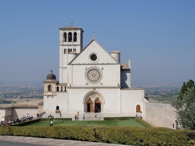 <br />2012年7月〜10月までの、3か月のヨーロッパ周遊記録(Vol.49)です。<br />旅を始めて2カ月がたち、毎日の慌ただしさにそろそろ疲れも出てきましたが、何とか気力を振りしぼって旅を続けています・・・<br /><br />現在、9カ国目イタリアを周遊中です。<br />Vol.49は、ローマを拠点にアッシジを訪れたときの記録です。アッシジは12世紀の清貧の聖者フランチェスコゆかりの町です。丘の上に広がるアッシジの町は、豊かな自然に囲まれた穏やかな場所でした。<br />写真はサン・フランチェスコ聖堂です。<br />※1ユーロ=100〜104円<br /><br />