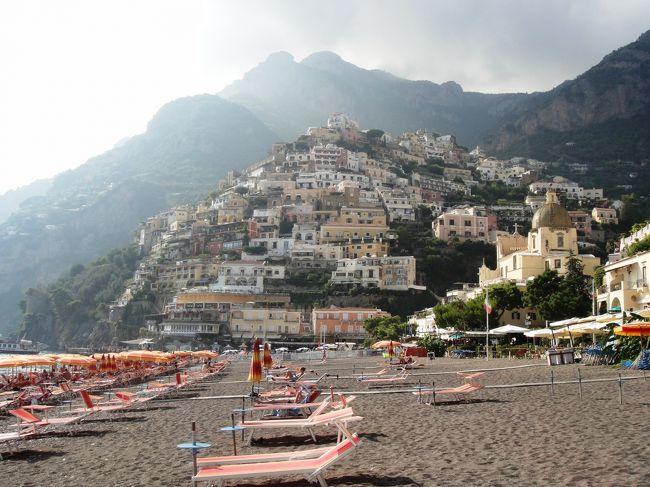 <br />2012年7月〜10月までの、3か月のヨーロッパ周遊記録(Vol.51)です。<br />現在、9カ国目イタリアを周遊中です。<br /><br />Vol.51はナポリからアマルフィ海岸とポジターノ海岸へ行ったときの記録です。<br />この日は晴れて海も穏やかで、ビーチへ行くには最高でした。前日仲良くなったホステルの仲間と3人で、ビーチへ行くことになりました。<br />≪旅程≫<br />・9/11(火)夜ナポリ到着。<br />・9/12(水)★アマルフィ海岸、ポジターノ海岸。<br />・9/13(木)ポンペイ遺跡。<br />・9/14(金)カプリ島観光、ナポリ市内観光。<br />・9/15(土)ナポリ市内観光、バーリへ移動。<br /><br />写真はアマルフィ海岸です。<br />※1ユーロ=100〜104円<br /><br />