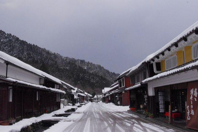 外を見やるとチラチラと雪が舞っている<br />うっすら屋根が白くなるものの<br />近年京都市内での積雪は殆ど見られず<br />雪国の方々のご苦労を思うと申しわけ無い気持ちですが・・・<br />雪景色が見たくって<br />いざ出発~