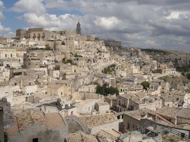 <br />2012年7月〜10月までの、3か月のヨーロッパ周遊記録(Vol.53)です。<br />現在、9カ国目イタリアを周遊中です。<br /><br />Vol.53は、バーリを拠点にバスでマテーラを訪れたときの記録です。<br />マテーラに行くまでは、そこは辺鄙(へんぴ)な場所にある無人の住居跡のようなイメージを持っていましたが、実際行ってみると町は思ったより開けていて、洞窟住居の地区は大切に保存されていました。観光化されきった他の町と比べると、おみやげ屋やレストランも少なく、観光客もまばらで静かな時間が流れていました。あまり期待していなかった分、感動もより大きくなったのかもしれません。<br /><br />写真は、洞窟住居のあるサッシ地区です。<br />※1ユーロ=100〜104円<br /><br />