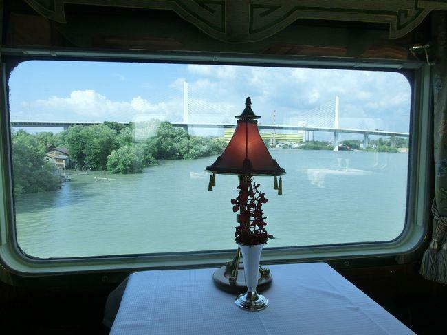 2/10〜2/15までイースタンオリエンタル急行を楽しむ旅に7名のお客様と出かけました。<br />このオリエンタル急行はヨーロッパを走っている列車と同じ会社で運行されています。<br />タイからシンガポールの3泊4日、列車で楽しみます。<br /><br />まずは豪華列車をご紹介します。<br /><br />2/10 タイ航空利用 中部ーバンコク<br />   シャングリラホテル泊<br />2/11 バンコク市内観光<br />   16:00 イースタンオリエント急行チェックイン<br />   17:50 発車<br />   18:30 ディナー<br />2/12 06:30 展望車から日の出を観る<br />   07:00 モーニング<br />   08:20 クワイ川観光<br />   12:00 列車に戻り昼食<br />   15:00 フルーツ講習会<br />   18:30 ディナー<br />2/13 07:30 モーニング<br />   12:00 昼食<br />   16:30 ペナン観光<br />   20:00 ディナー<br />2/14 07:30 モーニング<br />   12:00 昼食<br />   16:30 シンガポール到着<br />   18:00 マリーナベイサンズ展望台<br />   19:00 空港<br />   21:00 タイ空港でバンコクへ<br />2/15 00:05 シンガポール乗換えへ<br />   07:30 名古屋到着