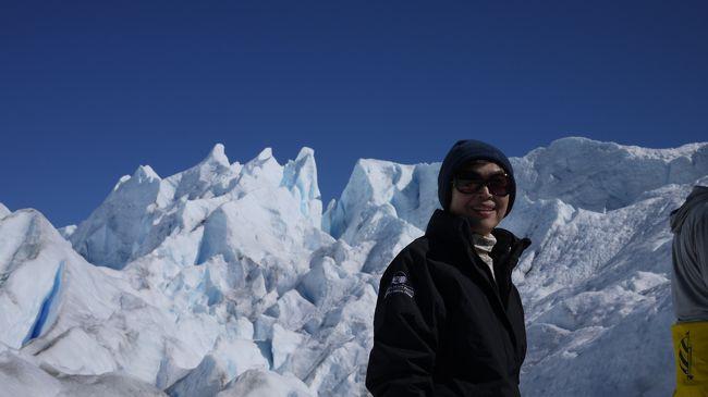 学生さんの卒業旅行に対抗して、定年記念旅行に、ファーストクラスで世界一周旅行に出かけました。<br />今回は旅行の途中で、アルゼンチンのペリトモレノ氷河のトレッキング体験の報告を致します。<br /><br />カラファテという、感じが夏の軽井沢に似たさわやかな街から約1時間ほどでペリトモレノ氷河に着きます。<br /><br />ほりの深い、イケメンのガイドのサポートを受けて歩くペリトモレノ氷河は、私達初心者も安心して楽しめました。真っ青な空の下真っ白な雪の割れ目から見えるショッキングブルーの氷水の美しさに圧倒されました。<br /><br />又、トレッキングの終わりには、ペリトモレノ氷河のオンザロックが待っています。こんなおいしい水割りが楽しめるのはここだけでしょう。<br /><br />船で、氷河側に渡り、アイゼンをつけてもらって、サアー出発!<br /><br />なお、当日の防寒コート・防寒ズボン・フード・フリーズシャツ・防寒靴は一部、前の日にカラファテで借りました。世界一周旅行の途中なので、日本からわざわざ持っていかなくてもすみます。助かりました。<br />なお、世界一周の詳細については、↓にもまとめてあります。<br /><br />http://tnplan.net/T3-6-Travel.html<br /><br />日本から見る、地球の反対側にある世界遺産のここは、遠かったけど、行く価値は大ありです。<br /><br />ツアーで行くと、氷河の展望台(ここだけでもすごいけど。。。)から氷河の崩壊を楽しむだけのコースが多いけど、是非ペリトモレノ氷河に行ったら、氷河トレッキングも体験してください。感動百倍です。<br /><br />