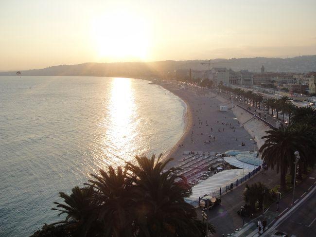 <br />2012年7月〜10月までの、3か月のヨーロッパ周遊記録(Vol.56)です。<br />長かったイタリアの周遊を終え、いよいよ11カ国目フランスに入りました。このあとは南仏を移動していきます。<br /><br />最初にやってきたのは、南仏屈指のリゾート地ニース。青い海が広がり、太陽が燦々と照らす街は、まさに南仏のイメージそのものでした。<br />旅も終盤に入り、あまりゆっくりとできなくなってきたので少ししかいられませんでしたが、時間をかけてのんびりできたらすてきだな・・・と思った街の1つです。<br /><br />写真は城跡のある丘から見たニースの海岸です。<br />※1ユーロ=100〜104円<br /><br />