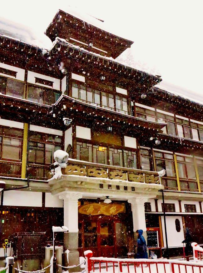 銀山温泉(ぎんざんおんせん)は、山形県尾花沢市にある温泉。<br />NHK連続テレビ小説「おしん」の舞台となったことで一躍脚光を浴び、全国的にその名を知られることになった。<br /><br />銀山川の両岸に大正から昭和初期にかけての建築の旅館が立ち並ぶ。多くの旅館は、建築された当時としては非常にモダンな三層四層の木造バルコニー建築であり、外装には鏝絵が施されている。川には橋が多くかかり、また歩道にはガス灯が並んでいる。<br />銀山側下流側から温泉街を眺めた大正ロマン漂う光景は、温泉のシンボル的な風景である。この光景を守るため、町並みを保存する条例が定められている。<br />温泉街には古くからの「大湯」近年できた「しろがね湯」2軒の共同浴場が存在する。温泉街の遊歩道には足湯もある。<br />1968年11月19日、国民保養温泉地に指定。<br />(フリー百科事典『ウィキペディア(Wikipedia)』より引用)<br /><br />銀山温泉については・・<br />http://www.ginzanonsen.jp/<br />http://www.notoyaryokan.com/<br />http://www.fujiya-ginzan.com/<br />http://www.ginzanso.jp/<br />