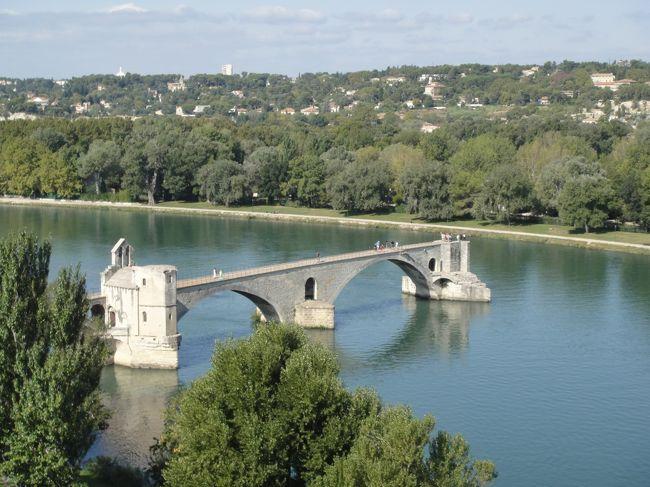 """<br />2012年7月〜10月までの、3か月のヨーロッパ周遊記録(Vol.60)です。<br /><br />現在12カ国目、フランスを移動中です。旅も残り2週間を切り、時間がなくなってきたので最後はかなり駆け足です。<br />この日は午前中アヴィニョンの街を観光し、午後は現地ツアーを使ってポン・デュ・ガールと""""フランスの最も美しい村""""(レ・ボー・ド・プロヴァンス、ゴルド、ルシヨン)をまわりました。<br />アヴィニョンへ立ち寄ったのは、どうしても行きたいフランスの村へ行くツアーがここから出ているから、というだけの理由でしたが、行ってみるとなかなか見ごたえのある町でした。<br /><br />写真はサン・ベネゼ橋(アヴィニョン橋)です。<br />※1ユーロ=100〜104円<br />(フランス語の綴り記号が出せないのでなしで表記しています。)<br /><br />"""