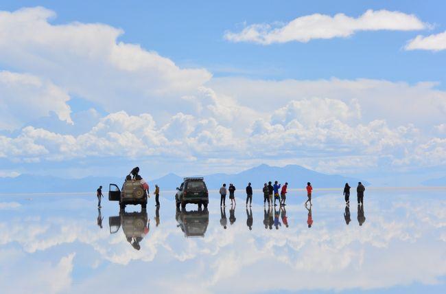 ウユニ塩原(スペイン語:Salar de Uyuni)はボリビア中央西部のアルティプラーノにある塩の大地。<br /><br />標高約3700mにある南北約100km、東西約250km、面積約12000平方kmの広大な塩の固まり。<br /><br />アンデス山脈が隆起した際に大量の海水がそのまま山の上に残されることとなりました。<br />さらにアルティプラーノは乾燥した気候であったこととウユニ塩原が流出する川を持たなかったことより、近隣の土壌に残された海水由来の塩分もウユニ塩原に集まって干上がることになり形成された大地です。<br /><br />この塩原は高低差が50センチしかないので「世界でもっとも平らな場所」です。<br /><br />そのため、雨季に雨により冠水すると、その水が波も立たないほど薄く広がり水が蒸発するまでのわずかな期間に「天空の鏡」と形容される巨大な鏡になります。<br /><br />そんな絶景に魅せられて是非とも行きたかったのですが観光をどこに頼んでいいのか分かりませんでした。<br />ほとんどがバックパッカー御用達の現地のグループツアーしかなく過酷な条件でした。<br /><br />塩湖は専門のドライバーに頼まないと観光出来ないし、数年前に大事故もありドライバーの質も問われています。<br />日本人のガイドが個人で活動している様でメールをしましたが1度返信があったもののその後は連絡がなくウユニを諦めてたのですが、旅行記NO.1に書いたようにアタカマ砂漠にあるアワシとういうホテルからチリの旅行会社(GLOVE)を紹介して貰いました。<br /><br />アタカマ砂漠の後、イグアスに行くのが妥当かなと思ってたものの、パタゴニアにも行きたいと言ったら予定に組み込めるとLANの南米周遊チケットもGLOVE Travelが手配してくれ素敵な旅行が計画出来ました。<br /><br />アタカマのホテル・アワシ(AWASI)は直接の予約しましたが、ウユニの費用とパタゴニアの費用を紹介された旅行会社に振り込むので信用のある会社でないと不安です。<br />まして何の情報もない海外の会社ですから・・・・<br />でも、アワシが高級ホテルなのでアワシの名前で信用しました。<br />Awasi - Relais & Chateaux http://www.awasi.cl/ <br /><br />ところが、なんとウユニ空港でお迎えが来ず まさかの空港で放置!されました。<br />旅行までの期間何度もメールでやり取りしこちらも念を押したのですが・・・<br />バウチャーも添付してくれてて日付けは合ってたのに、担当者のミッシェルが何故かウユニの手配会社に日にちを間違えて伝えた様です。<br />彼女も勤続10年でこんな大きなミスは初めてだったそうです。<br /><br />しかし、親切な方々のお蔭でどうにか連絡も付き予定遂行。<br />ウユニを楽しむことが出来ました。<br /><br />さて、ウユニにご興味のある方は個人ツアーの金額が気になってるのではないでしょうか。<br />通常(過酷な?笑)2泊3日なら一人$100ぐらいです。しかし5名~8名ぐらいの乗合で宿泊はドミトリーです。<br />私たちは2名で車のチャーター(ドライバーとガイド)やホテル2泊で一人$1150でした。(前日のラパスの観光や宿泊込)<br />二人で$2300は納得の価格でした。<br />ミッシェルも信用のおけるドライバーだと言うし車はチャーターですから・・・<br />(結局、日にちを間違えた事で全額返金して戴きました。申し訳なかったです)