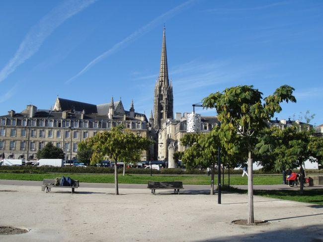 <br />2012年7月〜10月までの、3か月のヨーロッパ周遊記録(Vol.68)です。<br />13カ国を周遊し、旅もとうとうあと3日。<br />現在マドリッドから、最終目的地パリへ向かっています。<br /><br />ノンストップで一気にパリまで行こうかとも思いましたが、せっかくボルドーを経由するので少しだけ立ち寄ってみることにしました。<br />ボルドーといえばワインで有名ですが、お酒が飲めないのと滞在時間が少ないのとで郊外のワイナリーまでは行かれませんでした。月の港といわれる旧市街だけ散策しています。<br /><br />南から移動してきたせいか、ボルドーはすっかり秋の気配!旅がもうじき終わるのをあらためて意識して、なんだか悲しい気分になってきました・・・。<br /><br />写真はボルドーの旧市街です。<br />※1ユーロ=100〜104円<br />(フランス語の綴り記号が文字化けするので、ないまま表記します。<br /><br />