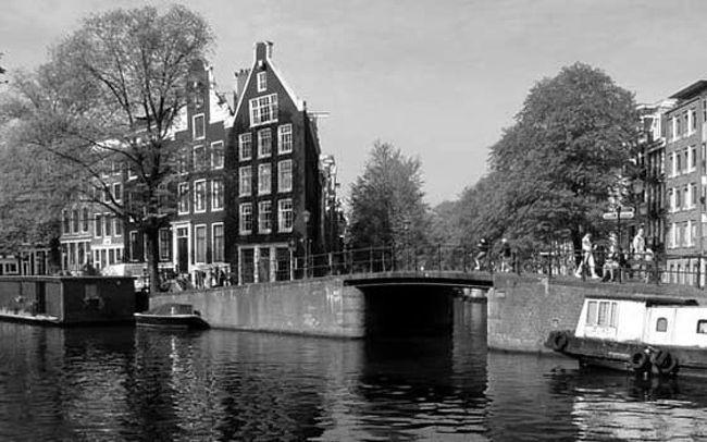 今回の「1974年卒業旅行・欧州1人旅」は<br />私の大学の卒業旅行(2月中旬~3月末)の<br />1人旅の話です。<br /><br />ベルギーのブリュセルから列車で、今回の旅<br />の最大の楽しみで有る、オランダのアムステ<br />ルダムのゴッホ美術館に行きます。<br /><br />中学時代に美術部に居た私は、美術の先生に<br />ゴッホの素晴らしさを教えられ、虜に成りました。<br /><br />私がこの旅行に行こうと決めたのは、旅行の前<br />年に大好きなゴッホ専門の美術館が、オランダ<br />のアムステルダムにオープンしたからです。<br /><br />不運な人生の天才画家ゴッホの、短い10年の<br />足跡を全て展示して居るのは、この美術館だけ<br />です。<br /><br /><br /><br /><br />この企画は、生前この企画を私が約束して果た<br />せないまま、第二の故郷デンマークで病死した、<br />4トラの悪友のGINさんに捧げます。<br /><br />※後半の美術館の絵画は、モノクロでは素晴らし<br />さを表現出来ないので、カラー写真を知人に借り<br />ました。<br /><br /><br />