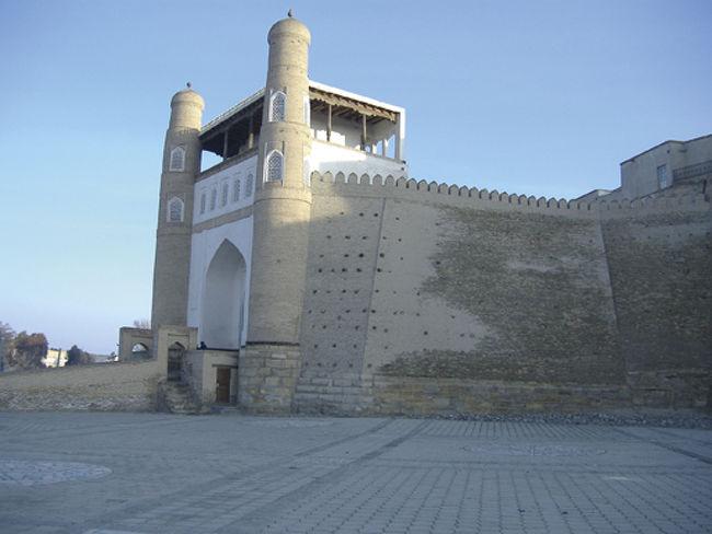 ウズベキスタンのブハラにあるアルク城は、ブハラのミナレット(塔)と同じくらい有名なブハラのシンボルです。<br />ブハラは、いにしえの時代からほとんど姿形を変えずに、いまでもシルクロードの要所として存在しています。<br />タイムスリップをしたい方は、是非ブハラへ。