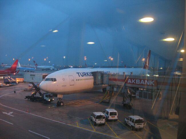 6日間のオランダ・ベルギー・トルコ旅行のトリを飾るのはトルコ航空の関西国際空港行き!<br />と言いたいところなのですが、実は帰国日に関西国際空港行きのフライトが運航されていなかったので、復路はわざわざ成田国際空港行きのTK50便を利用することになりました。<br />トルコ航空自慢の最新鋭機、ボーイングB777-300ERで過ごした夢うつつのフライトの模様と、帰りの成田国際空港から関西への列車移動の模様をお送りします。<br /><br />1 TK47便(大阪→イスタンブール)<br />http://4travel.jp/traveler/newstyle777/album/10739838/<br /><br />2 TK1951便でアムステルダムへ<br />http://4travel.jp/traveler/newstyle777/album/10741218/<br /><br />3 ミッフィーの里ユトレヒト<br />http://4travel.jp/traveler/newstyle777/album/10742458/<br /><br />4 ユトレヒトの鉄道博物館<br />http://4travel.jp/traveler/newstyle777/album/10743288/<br /><br />5 ユトレヒトからアムステルダムへ<br />http://4travel.jp/traveler/newstyle777/album/10745151/<br /><br />6 アムステルダムで美術館巡り<br />http://4travel.jp/traveler/newstyle777/album/10745733/<br /><br />7 アムステルダムの猫博物館とアンネ・フランクの家<br />http://4travel.jp/traveler/newstyle777/album/10747818/<br /><br />8 高速列車タリスでブリュッセルへ<br />http://4travel.jp/traveler/newstyle777/album/10748034/<br /><br />9 夜のブリュッセルでムール貝とワッフルを<br />http://4travel.jp/traveler/newstyle777/album/10749916/<br /><br />10 小雨混じりのブリュッセルで街歩き<br />http://4travel.jp/traveler/newstyle777/album/10750111/<br /><br />11 TK1940便(ブリュッセル→イスタンブール)<br />http://4travel.jp/traveler/newstyle777/album/10752428/<br /><br />12 イスタンブールでケーブルカーとトラムを巡る<br />http://4travel.jp/traveler/newstyle777/album/10755861/<br /><br />13 サバサンドとケバブとブルーモスク<br />http://4travel.jp/traveler/newstyle777/album/10757403/<br /><br />14 TK50便(イスタンブール→成田)<br />http://4travel.jp/traveler/newstyle777/album/10759911/