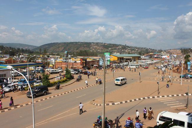 """30ヶ国到達記念旅行のルワンダ編に突入です。<br />今回の記念旅行の本当の目的地がルワンダです。(正直、ウガンダはおまけです)<br /><br />意外と知らない人がいるのですが、ルワンダは1994年に民族間での大虐殺が行われた国です。たった3ヵ月で100万人以上が殺された悲劇の国。今まで、ポーランドのアウシュヴィッツ、カンボジアのポルポトの大虐殺の跡地を行きましたが、殺された人数、期間を考えたら前者よりさらに恐ろしいジェノサイドが行われた場所です。<br /><br />今回はルワンダ全土で行われた大虐殺の跡地巡りです。<br />虐殺が行われてからまだ約20年。僕も虐殺が行われていた時代に生きていましたが、全く知りませんでした。数年前に""""ホテルルワンダ""""の映画でこの国の事を知り、ついに現実に訪れる事が出来ました。過去は変えられなくてもこの悲劇を知り未来永劫こんな大惨事が起こらないようにしていく必要があると思い、ついに訪問です。<br /><br />まずは、カバレからルワンだとのボーダーに行く必要があります。バスは無いのでタクシーで行くしかありません。(もしかしたら、カンパラからキガリ行きのバスには乗れるかもしれません。確認していないので不明ですが...) カバレからタクシーで30分程度です。国境越えはスムーズに行けます。ただ、面倒なのがルワンダの入国後のキガリまでのアクセスです。タクシーはいなくてバスしか無理です。しかも何時に来るか不明でルワンダ人と喋りながら1時間ぐらいしてバスが来たので、気長に待つ必要があります。ボーダーからキガリ(ニャブゴゴバスターミナル)まで約2時間ぐらいです。両替についてはボーダー近くにあり、レートはそれほど悪くありませんでした。(ルワンダ人と一緒にいたからかもしれませんが...(100US$=62000RWF))<br /><br />ホテルはニャブゴゴバスターミナル近くのホテルに宿泊(1泊10000RWF) ニャブゴゴバスターミナル近くにはネットカフェもあるので、別の街に移動したりするなら、ニャブゴゴバスターミナル近くに宿泊するのもアリだと思います。<br /><br />この日はキガリにあるキガリ虐殺記念館に行ってきました。歩いては行けないのでバイクタクシーで行くしかありません。キガリの虐殺記念館は他の虐殺地にあるようなミュージアムで頭蓋骨が並んでいるぐらいは、虐殺についての説明、虐殺された人の写真などでした。ここの2階には全世界で今までにあった大虐殺の説明がありました。(もちろん、ヒトラー、ポルポトもあります)<br /><br />これでルワンダ初日は終了です。翌日には別の街へ移動します。"""