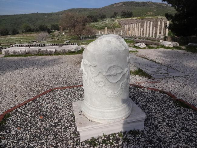 ベルガマは、古代にはベルガモンと呼ばれ、<br />第2のアテネといわれるほど栄えた都市だったという。<br /><br />今は、標高約330mの丘の上に古代ベルガモン王国の遺跡があり<br />その麓には、古代の医療センターといわれるアスクレピオンがあります。<br /><br />アスクレピオンは、ギリシア神話の医学の神アスクレピウスに<br />由来する遺跡で、紀元前4世紀頃に建設されたそうです。<br /><br />今回は、時間があまりないためアスクレピオンだけの観光でした。<br /><br />写真は、ヘビとお椀が彫刻された柱で、ベルガマのシンボルでもある。<br />これは、診療を断られた病人が悲観して、お椀でヘビの毒を飲んだところ、<br />病気が治ったことに由来しているとか・・・ちなみに、ところによっては、<br />今もヘビが薬局のシンボルとなっているそうです。