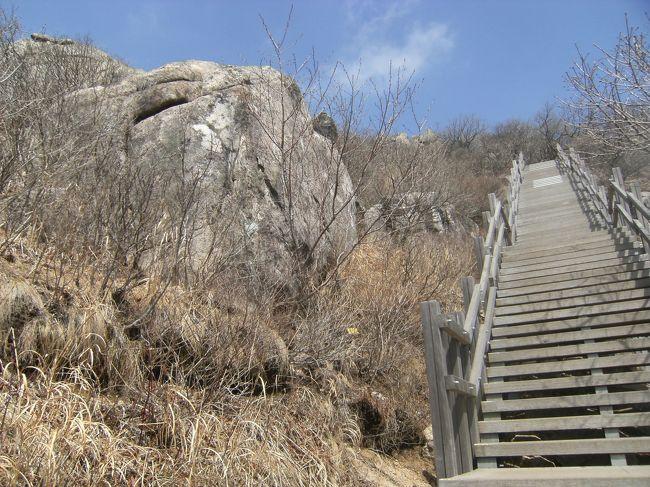今回の韓国旅行のハイライトは金井山ハイキング。フェリ-で到着し、地下鉄釜山駅に不要な荷物を残し、地下鉄/バスで梵魚寺に行く。地下鉄駅から地上に出るとそこは登山客に埋め尽くされ、韓国の登山ブ-ムの凄まじさにいささか驚いた。バスは立ち客でぎっしりで、当然、次のバスにした。軽い登山と思い込んでいたが、自分の年齢、耐力の衰えを痛感させられた一日であった。
