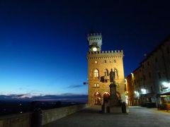 春の優雅なイタリア中部・サンマリノ巡り旅♪ Vol37(第4日目午後) ☆サンマリノ:「Grand Hotel SanMarino」スイートルームから素晴らしい夕陽を眺めて♪夜景の旧市街を散策♪