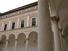 春の優雅なイタリア中部・サンマリノ巡り旅♪ Vol45(第5日目昼) ☆ウルビーノ:世界遺産ウルビーノ ドゥカーレ宮殿♪建物と絵を鑑賞♪