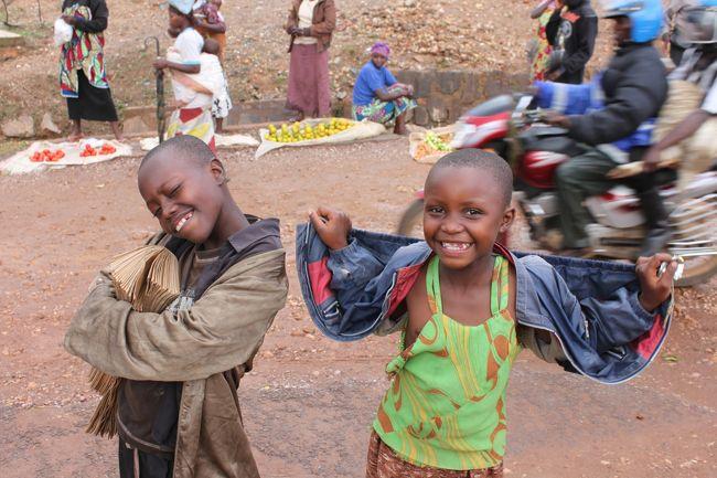 ルワンダ編③です。これで今回のウガンダ&ルワンダ旅行の最後です。<br />11/24<br />朝、ブタレからキガリへ戻りました。バスですが、キガリ行きがのバスが一杯で2時間ぐらい待たされました(^_^;) 戻る日が決まっているなら事前に予約した方が無難かもしれません。キガリではHotel Isembiに宿泊しました。最後ぐらいは少し豪華に1泊35US$でした。キガリに戻ったら早速ホテルルワンダで有名になったオテル・デ・ミル・コリンに行ってきました。<br /><br />11/25<br />この日は朝からニャマタにあるジェノサイドミュージアムへ。ニャマタはキガリからバスで40分ぐらいです。ニャマタでは2つのジェノサイドミュージアムへ行きました。バス停から徒歩で行くのは距離があるので、バイクタクシーで行くのが無難です。ニャマタは小さな街なので特に見るところはありません。昼すぎにニャマタからキガリに戻り、キガリでぶらぶら写真撮影をして終了です。(トップの写真もその時に撮影しました。良い表情しています^^)<br /><br />11/26<br />この日は朝からお土産を買ったりして、12時に空港に行き、エンテベ、ドーハ経由で関空に戻りました。