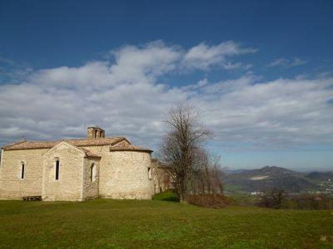 3月16日〜3月28日の11泊13日、イタリア中部とサンマリノ共和国へ行きました♪<br />宿泊地はボローニャ3泊・サンマリノ3泊・ペルージャ1泊・シエナ1泊・サンジミニャーノ1泊・フィレンツェ2泊の6か所で全て絶景のジュニアスイートルーム♪<br />ボローニャ・ドッザ・ラベンナ・フェラーラ・サンマリノ・タヴォレート・モンダイーノ・モンテファッブリ・ウルビーノ・ペーサロ・グラダーラ・サンレオ・ペルージャ・シエナ・コッレディヴァルデルザ・サンジミニャーノ・フィレンツェへ行きました♪<br /><br />☆Vol56:第6日目(3月21日午前)サン・レオ♪<br />サンマリノの弟のようなサン・レオ。<br />イタリア・マルケ州にあり、サンマリノから車で30分。<br />お城に着いたのはいいが、開城30分前。<br />それまでにサン・レオ近郊の美しい教会と修道院へ。<br />「Sant&#39;Igne&#39;s Convent」(サン・イネス修道院)。<br />草原の中にぽつんと建ち、<br />周囲の素晴らしい風景と共に<br />幻想的な絵のような光景に感激。<br />「Sant&#39;Igne&#39;s Convent」は13世紀に建てられたもので古い。<br />しかも、アッシジのサン・フランシス教会の流れをくむ由緒正しきの修道院。<br />修道院と草原の他に、遠くにどこかの岩山の上を戴いた村や要塞があちこちと見える。<br />さらに遠くにちらりとアドリア海が見える。<br />絵のような風景を堪能したら、教会へ。<br />回廊は700年も変わらないと言われている。<br />苔むした床や柱、春の花が咲く小さな庭、<br />鳥のさえずり以外の安らぎの静けさ。<br />いにしえを思いながら。<br />教会内部は修復されている。<br />アッシジのサン・フランシス教会とのつながりを示すフレスコ画がある。<br />アッシジは震災前の20年以上前に行っており、懐かしい。<br />この美しい「Sant&#39;Igne&#39;s Convent」を鑑賞したら、<br />サン・レオに戻ってお城へ♪