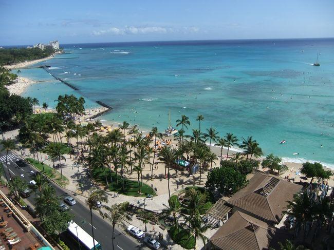 2009年12月26日に入籍し、翌年5月にハワイで挙式をあげることになった。お互いの両親と私の兄弟夫婦合わせて10名でのハワイ旅行は楽しかった。エコノミークラスも初体験だったので辛さも忘れた。時差ぼけも体験した。ハワイ初日は挙式打ち合わせ。2日目挙式。3日目シーウォーカーやシュノーケリング。4日目ハワイ観光。5日目ダイヤモンドヘッド登山とディナークルーズ。その間毎日のようにDFSに訪れた(笑)<br />JALパックのワタベウェディングにてアロハケアクアチャペル<br />ハイアットリージェンシーホノルル5泊6日プラス東京で1泊