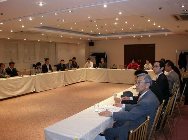 2013年3月30日(土)六本木で行われた千葉OKTA主催のビジネス交流会に参加しました。<br /><br />■交流会について<br />趣旨:弊会会員のビジネスチャンス拡大と非会員企業とのビジネス交流を促進し、企業間ネットワークの拡充を目的とする。<br /><br />2013年第1回ビジネス交流会概要<br />日時:2013年3月30日(土)16:00〜18:00<br />場所:ホテルアイビス六本木4階ホール <br />   東京都港区六本木7丁目14番地4号<br />   http://www.ibis-hotel.com/access.html <br />参加者:千葉OKTA会員、延辺日本人会会員<br /><br />内容:以下の項目を中心にビジネス交流を促進する。<br /> ・日本企業から見た延辺市場<br /> ・日本人経営者から見た延辺経営環境:人材、技術、労使関係、関連法・手続き、技術訓練、労働態度・順応性など<br /> ・日本人から見た延辺社会・延辺人<br /> ・延辺での経営心得<br /><br />行事スケジュール<br />*千葉OKTA紹介 <br />*延辺日本人会紹介<br />*延辺日本人会進出企業の経験談と意見交換<br /> 経験談:進出動機(何故延辺だったのか?)、経営の現状と課題、<br />今後の展開(増資可能性、顧客市場拡大性、撤退可能性など)<br />*懇親会(18:00以降) <br /><br />会場では食品業界の会長さんや延辺時代の友人とも再会でき、交流を楽しみました。