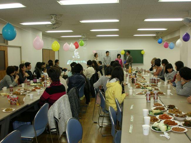 2013年3月31日(日)高島平で行われた朝鮮族のお花見会に出かけてきました。<br /><br />家族の中で一番待ち望んでいたのは長男。延辺時代の同級生・L君に会えると言う事で、この日をとても楽しみにしていました。長男はこの春大学生になりました。<br /><br />天気予報では雨、さて、どのうようなお花見会になったのでしょうか。<br /><br />■案内文<br />関係者の皆様 <br /><br />延辺大学建校64周年を記念して、延辺大学日本校友会お花見の会を開催しますので、ご家族と共に参加のほど、よろしくお願いいたします。 <br /><br />1. 日時:2013年4月7日(日) 11:00〜15:00<br /><br />2. 場所:都営三田線 高島平駅 東口より徒歩3分   <br />   東京都板橋区高島平2−32−2 さくら通り<br />  雨天の場合は集会所で開催(東京都板橋区高島平2−29−1−1)<br /><br />3. 当日スケージュル<br /> 受付開始 11:00<br /> 開会 11:30<br /> 抽選会 13:00<br /> 閉会 15:00<br /><br />4. 会費:一般 3,000円、家族 1,000円、学生 1,000円、小学以下 無料<br /><br />5. 参加方法:申込は不要です。直接会場にお越し下さい。<br /><br /> お誘いあわせの上、大勢の方のご参加をお願い申し上げます。 <br /><br />6. 抽選会:抽選券は来場時に受付にて1枚/人を配布。<br /><br />7. その他:朝鮮族女性会様と共催になります。