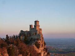 春の優雅なイタリア中部・サンマリノ巡り旅♪ Vol67(第7日目朝) ☆サンマリノ:アドリア海から昇る日の出を眺めて♪朝日に染まった神秘的な要塞「Rocca Guaita」とティターノ山♪