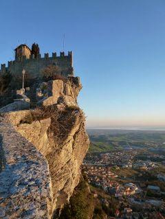 春の優雅なイタリア中部・サンマリノ巡り旅♪ Vol68(第7日目朝) ☆サンマリノ:シンボルの要塞とティターノ山から朝の美しい絶景を眺めて♪輝くサン・レオが美しい♪