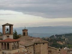 春の優雅なイタリア中部・サンマリノ巡り旅♪ Vol78(第7日目午後) ☆ペルージャ:「隊長の館」のテラスから絶景を楽しむ♪ホテルへ帰ると観覧車が光る♪