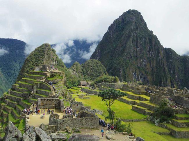 """マチュピチュ遺跡<br /><br /> ずっと 訪れたかった 夢にまで出てきた マチュピチュ。<br /><br /> ウルバンバ渓谷の山間、標高2400mの断崖に建つ天空の都市マチュピチュ。<br /><br /> 山裾からはその存在を確認できないことから""""空中都市""""とも呼ばれるこの遺跡は<br />  インカの人々が作った秘密都市だったともいわれている。<br /><br />   美しい 神秘的な マチュピチュ。<br /> <br /> 日本から 30時間近くかけてまでも 訪れたいと思わせる<br />  魅力的な所。<br /><br /><br />     やっぱり きてよかった^^<br /><br />"""