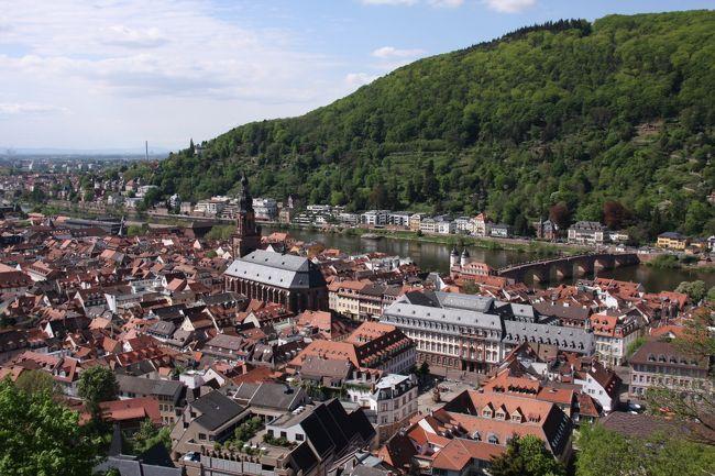ドイツで最も古い大学があることで有名な学生の街 <br />山の中腹にそびえたつハイデルベルク城 <br />緑の森 <br />その下に広がるオレンジ色の屋根の街並み <br />ネッカー川にかかる美しいアーチの橋 <br /><br /> <br /> 暑いくらい<br /> お天気に恵まれた陽ざしのなか <br /> 駆け足で街を通りぬけた<br /><br />