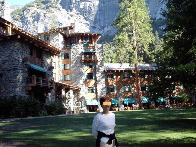 アメリカのヨセミテへ行く時は、アワニーホテルへ泊まろう。日帰りツアーなんてもったいない!<br /><br />さて、<br />この、4Tサイトは、旅行業者の方たちへの顧客情報収集サイトにも貢献しているとのことなので、僭越ながら、初めに、苦言を一言。<br /><br />日本からのヨセミテへ行くツアーのほとんどが、サンフランシスコからの日帰りツアーになっている。これはなんともったいないことか。<br /><br />というのは、サンフランシスコから往復10時間もかけて、ヨセミテにいる滞在時間は、たったの3時間。これでは、ヨセミテ公園の目玉の一つである、グレーシャーポイントへ行く時間がない。あの、360度パノラマの、感動の眺望を知らないで、帰るなんて!<br /><br />これは、画竜点睛を欠くようなものである。別の言い方で言うと、ハムエッグのエッグ抜きを食べるようなものである。さらに、もっとわかりやすく(?)言うと、蘭ちゃんのいないキャンディーズを聞くようなものである。(年がわかってしまう?)<br /><br />日本の旅行会社の皆様、是非ヨセミテ公園へは、最低1泊のツアーを企画してください。さらに、せっかくなので、泊るなら、ヨセミテ公園内にあるアワニーホテルへ泊るツァーを企画してください!参加者倍増間違いありません!<br /><br />え?ホテル予約が難しく、そんなことできない?<br /><br />そこが、旅行企画会社の腕の見せどころでしょう!がんばれ!がんばれ 企画マン!<br /><br />さて、本題です。<br />アメリカのヨセミテ国立公園の中央にある、アワニーホテル。アメリカ人なら、一度は泊まりたいと思っている、憧れのホテルでもある。ジョン・F・ケネディ等多くの有名な人たちも宿泊している超セレブ御用達ホテルでもある。<br /><br />そんなヨセミテ公園の中にあるアワニーホテルでゆっくりリゾートしてきました。<br /><br />落ち着いた造りの、ロッジ風のホテルである。アフターヌーンティーラウンジも優雅であるし、テラスから眺めるヨセミテの雄大な景色も御馳走である。部屋も十分広く快適である。ベッドの横の壁のちょっと上に、大きな鏡が設置されてある。ラブホテルでもないのに何だろう?と思った。その配置・工夫は、朝になって初めて納得する。<br /><br />朝起きて眠気まなこで、鏡を見た。<br /><br />なんとそこには、新しい窓ができているように、迫力のある美しいヨセミテ自然公園の雄大な景色が観えるのである。起きぬけの迫力大サービスである。つまり、ベッドの左右両方からヨセミテの景色が楽しめるのである。感動のしかけであった。<br /><br /><br /><br />ヨセミテ公園とホテルの写真をお届けしよう。<br /><br />