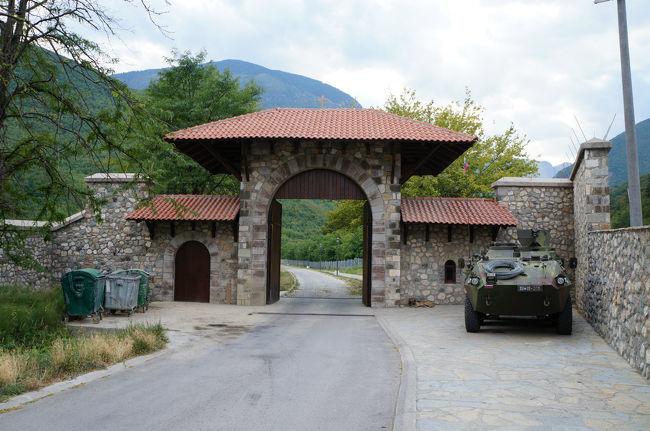 2012年8月14日セルビアからくるっと反時計回り、すでに行ったことのあるスロベニアを除く旧ユーゴの国すべて+アルバニア、ブルガリア、8カ国をめぐる旅。---セルビア、ボスニア・ヘルツェゴビナで映画監督クストリッツァの2つの映画村を訪ね、サラエボ→モスタル→ドブロ→コトル。そしてアドリア海沿いにアルバニア、そしてコソボへ。http://ja.wikipedia.org/wiki/%E3%82%B3%E3%82%BD%E3%83%9Cコソボはアルバニア系住民とセルビア系住民が混在した地であり、先の内戦により結局アルバニア系住民が実権を握った。だからアルバニアと特別な結びつきがあったのだ。プリズレンの町でも、それは嫌というほど目に付いた。この一日で、プリズレン→ペヤ→プリティシュナと、コソボの主要な町を回る。お目当ては世界遺産の【コソボの中世建造物群】。http://ja.wikipedia.org/wiki/%E3%82%B3%E3%82%BD%E3%83%9C%E3%81%AE%E4%B8%AD%E4%B8%96%E5%BB%BA%E9%80%A0%E7%89%A9%E7%BE%A4さて、このペヤの町にある世界遺産:【ペーチ総主教修道院】は、セルビア大正教のふるさとだと言われています。]http://ja.wikipedia.org/wiki/%E3%83%9A%E3%83%BC%E3%83%81%E7%B7%8F%E4%B8%BB%E6%95%99%E4%BF%AE%E9%81%93%E9%99%A2だからこそ、この地を含むコソボ・メトヒヤ地区をアルバニア民族の領土とされてしまうことには、セルビア人にとっては強い抵抗感がある。日本人の感覚でいうと、京都・奈良をキリスト教徒に占領される間隔に近いのではないか。今はこの修道院=通称【Patrikana パトリカーナ】は国連軍に守られて、ひっそりと存在していた。戦車がある入口をくぐった先の光景は、まるで小さな楽園のような…。静かで穏やかな空間だった。コソボ周遊記のハイライト、はじまり。