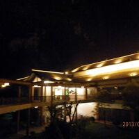 4木曜1日目2よる楊朔河畔度暇酒店リゾートホテル そそり立つ山の壁もいい