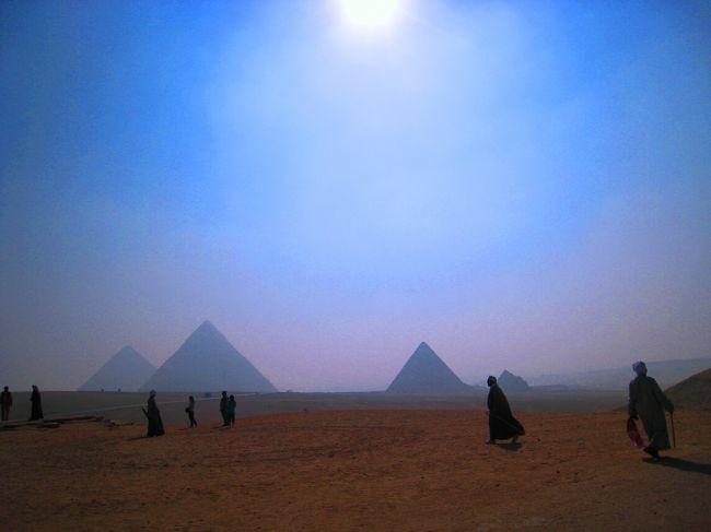 旅行記のタイトルの言葉は、2007年に家族で真夏のエジプトを旅した時に、ガイドをしてくれたエジプト人の青年が呟いた言葉です。この言葉には続きがあり、「いつかきっと変わると信じている…。今のこの国を支配しているのは、民主主義という名のもとの独裁者政権。平等という言葉はこの国には存在せず、権力が全てを支配している。でも、いつかきっと変わる…」<br /><br />彼とはエジプト滞在中の9日間、遺跡の事のみならずエジプトの人々の生活や習慣、そして人生観、政治の話等、色々なことを話しました。<br />彼と話をしたことで、観光以外のエジプトについて、当時の現状を知ることが出来ました。<br />でも、話を聞いたが故に、私は楽しい旅行記を書くことができずに、記憶を封印していました。<br /><br />あの時の彼の言葉が予言するように、2010年にアフリカのアラブ世界で始まったアラブの春と呼ばれる革命運動は2011年早春にエジプトへと広がり、長く続いた独裁者政権は崩壊しました。しかし、未だエジプトは動乱の渦中にあり、彼が望む世界の実現はもう少し先の様です。<br /><br />あの時のガイドの青年が今、無事にしているのかどうかは分かりませんが無事でいることを願い、彼が案内してくれたエジプトでの記憶を残すことに決めました。<br /><br />☆★☆★☆★☆★☆★☆★☆★☆★☆★☆★☆★☆★☆★☆★☆★<br /><br />子供の頃、ハワード・カーター著の「ツタンカーメン王の秘密」を読んで以来、いつかは自分の目で見てみたいと思っていたエジプト。<br />そして、娘が生まれ、彼女もまたハワード・カーターに魅せられ、虜となったエジプト。<br />そんなエジプトを訪れたのは、2007年の7月。<br /><br />旅行前から、私も娘もエジプトの本を沢山読み、歴史の下調べもばっちり。<br />王朝とピラミッド・遺跡の関係や、古代の神様の名前やその役割までしっかり覚え、現地ガイドの青年にも驚かれるほどの知識を娘と共に勉強し、エジプトへと旅立つ。<br /><br />7月といえばエジプトは真夏。<br />アスワン地域では日中の気温は軽く40℃超えで、大人でもなかなかツライ環境。<br /><br />今回のエジプトの旅は、9歳の子連れ旅行。<br />ゆったり目の旅程を組み、体感温度が高い日中はあまり出歩かず、遺跡の観光は朝・夕の涼しい時間帯に絞り込んだので、そんなにキツイ旅にはならない筈だった。<br />が、エジプトでの現実はそれほど甘くはなく、私達家族は受けたのは、手荒い歓迎。<br /><br />手荒い歓迎とは、娘の40℃超えの発熱事件と、ホテルでの現金盗難事件。<br />しかし、どちらとも私たちがもう少し慎重に注意を払っていれば、きっと防げたこと。<br /><br />エジプトのプールの水は、きれいそうに見えても菌がいる可能性がある。<br />ホテルのセーフティボックスだって、悪徳従業員ならば簡単に開錠することができる。<br /><br />少し考えれば、気づけることを、私は見落としていた。<br /><br />手厳しい勉強代だったけれど、起きてしまったことは後に悔やんでも、仕方がない。<br />くよくよ悩まず、次の旅の時に生かせばいいさ!<br /><br />そんな楽天母さんと小学生の娘と夫が旅したエジプトの記憶の断片を紡いだ旅日記。<br />