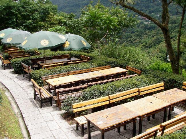 台北の郊外を半日ずつ回りました。<br />猫空ではロープーウェイに乗って茶芸館へ、新北投では温泉へ。<br />途中ローカルショップでシャンプー、足ツボ体験をまじえつつほっこり、まったりの旅行記です。