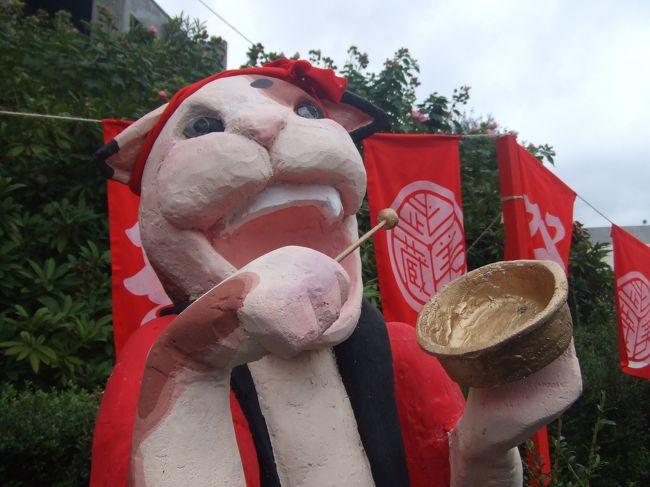 日本屈指の名門美大、武蔵野美術大学。<br />私、ここの文化祭の大ファンなんです。<br />シノギをけずって美的センスを競い合っている学生たちがひしめく伏魔殿!?のはずなのに、まったく堅苦しくなく楽しく芸術に触れることができます。<br />そしてさすが美大、食べ物の屋台や構内のオブジェのクオリティが驚くほど高い。<br />よく漫画に出てくるイケてる文化祭の様子を見ては「ケッ、こんなの実在するわけないじゃん」と毒づいていましたが、実在しました、ここに。<br />ムサビ名物「男神輿」「女神輿」も見逃せない。<br />プロレス興行もあるでよ。<br /><br />学生の身分を退いてもうずいぶん経ちますが、これからも秋になるとムサビに向かうことでしょう。