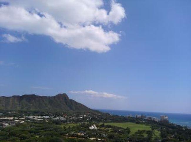 家族4人 夫婦+長男兄クン(中3)長女妹さん(中1娘)、<br />でのハワイ旅行、ビーチと自然とB級グルメを堪能しようということで・・・<br />(長男兄クンは、高校受験、きっとどこかには・・・出来れば公立に・・・<br />ということで、受験戦争の最中、昨年年末に航空券とホテルの予約を開始する。<br />もちろん彼には内緒で・・・<br />彼が、このハワイ旅行を知るのは、合格発表の日の夜、出発の1ヶ月くらい前でした。)<br /><br />夫婦では5回程度、子供たちは3回目、1年半ぶり。<br />前回8泊で、今回は、6泊8日フル稼働・・・<br />今回は、グルメと朝と夕方を楽しみ、昼間フル稼働ながら、<br />「ゆったりハワイ」??をテーマにしました。<br /><br />そのポイント(1)<br />毎朝、早起きして1時間くらい、あちこち散歩する。<br />これが、楽しいです・・・本当に、海、川、街の中、景色と空気が違います。<br /><br />そのポイント(2)<br />お手頃なレストランで、夕方明るい時間(17:30〜頃)からいい席で食事して、夕方、夜の散歩とショッピングをする。<br /><br />そのポイント(3)<br />ファーマーズマーケットや無料イベントをベースに組み立て、夕方の食事は、事前予約をする・・・精神的に余裕でますね<br /><br />そのポイント(4)<br />子供たちを、「一日一回、海に漬ける」<br />親は、一番大変そうですが、実は、楽するコツ。<br />疲れさせて、わがまま封じ!<br /><br />散歩のお陰でしょうか、グルメに徹しましたが、帰国しても体重はほぼ同じ(=少し増)でした。<br />初日 昼食の「朝日グリル」 夕食の「ルルズワイキキ」 に始まり<br />最後の夕食の「12TH AVE GRILL」朝食の「フラグリル」とローカル・個性派・リーズナブルで、無難そうなお店を中心にしました。<br /><br />ビーチは、ワイキキ、カイルア、ノース、アラモアナなどです。<br />ある程度、カイルア、ワイアルアのファーマーズマーケットを軸にして計画し、レストランの予約を日本から手配してみました。<br /><br />また、次を考えていきたいです。<br />がんばって、マイルと貯金をためようと思います。<br />きっと、すぐに、<br />「そろそろ、ハワイの空気吸いに帰ろう」って!!!!<br />