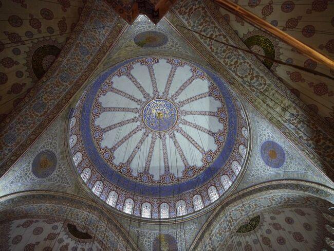 ポルトガルへ行く為にトルコ航空を利用。<br />すると、イスタンブールに早朝到着し、乗り換えの待ち時間が6時間もあるとわかり、予定を変更してイスタンブールに2泊することに。<br />トルコ全てを見ることはできなかったにしろ、刺激的なイスタンブール街歩きを楽しむことができました。<br /><br />       ==全日程==<br />2013年<br />【1/12】23:20 関空発 トルコ航空にて<br /><br />【1/13】5:45 イスタンブール アタチュルク空港着<br />  《イスタンブール街歩き》<br />モスク、地下宮殿、ガラタ橋、エジプシャンバザール<br /><br />【1/14】《イスタンブール街歩き》<br />トプカプ宮殿、ガラタ塔、グランバザール<br /><br />【1/15】10:55  アタチュルク空港発 <br />       13:55  リスボン ボルテラ空港着 <br />  《リスボン街歩き》   <br />ボンバル侯爵広場、サンタジェスタのエレベーター、展望台<br /><br />【1/16】《リスボン街歩き》<br />ベレンの塔、発見のモニュメント、ジェロニモス修道院、カテドラル、サン・ジョルジュ城、カモンイス広場<br /><br />【1/17】《ポルト街歩き》<br />サン・ベント駅、グレゴリス教会、カテドラル、ボルサ宮、<br />   サンフランシスコ教会<br /><br />【1/18】《ポルト街歩き》<br />ドウロ川、ドン・ルイス橋、ワイナリー<br /><br />【1/19】《リスボン街歩き》<br />シントラ駅のみ→リスボン<br /><br />【1/20】14:55  リスボン空港発<br />       21:35 イスタンブール アタチュルク空港着<br /><br />【1/21】0:55 アタチュルク空港発<br />     18:45 関空着