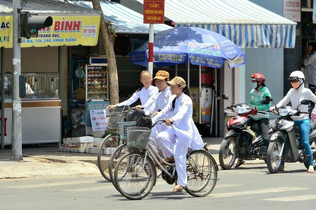 仕事の合間をぬってホーチミン市街の街歩きをしてみました。<br />街の喧噪はベトナムの力強さと若さを感じます。<br /><br />アオザイ姿の女性をさがしたのですが、町中で見かけるアオザイ姿の女性はほとんどが観光業関係者のようです。<br /><br />時々バイクに乗ったアオザイ姿の女性はヘルメットにマスク。<br />これにマフラーを着ければ「月光仮面」は何処へ行く???失礼しました。<br /><br />そして、一度は見てみたかった「メコン河」<br />ミトーは河口から130km 川幅が1.5kmも有ります。<br />そのメコン河でも、ベトナムの力強さと若さを感じます。<br /><br />帰国後 旅の荷を解く間も無く<br />翌日には宮古島に向かってGO!!<br />(こちらはプライベートの旅行です。)