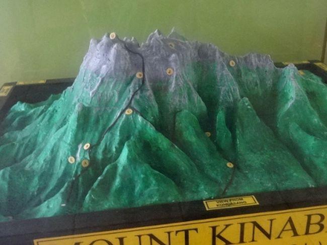 マレーシアのキナバル山といえば、東南アジアを代表する名山。国内外の登山客に人気です。ただ、簡単には登らせてくれません。一日の入山者数に制限があるのと、山小屋の料金がシャレにならないくらい高いからです。そのおかげか、下調べの段階で登山を断念する人も数知れず。でも、よーく調べてみると、相場より安く登る方法、あるにはあるんですよね。登山旅行記を書く前に、その辺りのノウハウたっぷりお伝えしましょう。<br /><br /><br />**情報は、2013年5月のもの。1リンギット=32円で計算。<br /><br />==キナバル山日帰りトレック シリーズ一覧==<br />①戦略編 <==<br />http://4travel.jp/traveler/sekai_koryaku/album/10772188/<br />②キナバル公園散策編<br />http://4travel.jp/traveler/sekai_koryaku/album/10773115/<br />③登頂編<br />http://4travel.jp/traveler/sekai_koryaku/album/10772767/<br />④下山編<br />http://4travel.jp/traveler/sekai_koryaku/album/10773108/