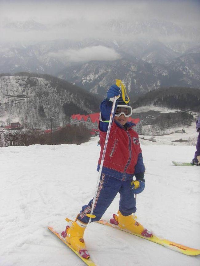 シーズンが終わってしまう前にもう一度スキーへ行きたいと言ったところ、日帰りは嫌だという夫がプランを立ててくれたスキー旅行。<br />雨の予報で、出発の2日前までどうするか悩んでいたけど思い切って行ってよかった。<br />不安だった雪も何とか滑れる程度にはあって、子供たちもちょっと上達したかな。。。<br />