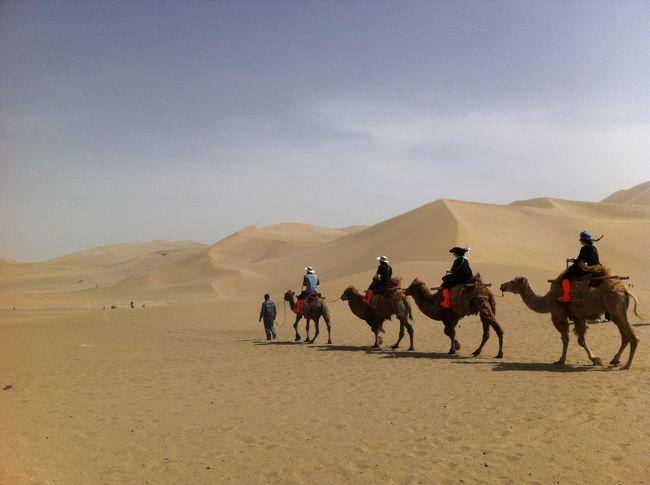 その1は西安から敦煌についた第1日目です。<br />敦煌目的はなんと言っても莫高窟。<br />周辺の観光地も含め着いた初日で全部回ってしまいました。<br />悪名高い鳴砂山。<br />砂漠のオアシス月牙泉。<br />ほとんど雨の降らない乾燥地帯で暮らしも楽ではなかったであろう<br />敦煌周辺での古代からの人々の営みを垣間見てきました。<br /><br />5/11 西安 - 敦煌<br /><br />■莫高窟<br />■鳴砂山<br />■月牙泉<br /><br />5/13<br /><br />■玉門関<br />■陽関<br />■雅丹国家地質公園<br />■漢長城<br /><br />5/14<br /><br />市内観光<br /><br />5/15 敦煌 − 西安 − 上海<br /><br />数年ぶりに思い切って一人旅を決行。<br />小さな頃からあこがれていたシルクロードの道を訪ねた8日間の旅。<br /> <br />1日目の物語