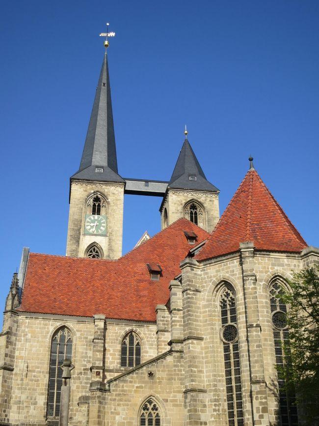 2013年5月4日(土)Halberstadt ハルバールシュタットへ足を運んでみました。<br />Quedlinburg クヴェードリンブルクという街に行きたくて、<br />路線を調べてみたら Halberstadt も<br />素敵な街だと気づき行ってみました♪<br /><br />Hannoverから列車でGoslarで乗り換えあり、2時間ぐらいで行くことが出来ます。<br /><br />Halberstadtの大聖堂と教会はとても美しかったです。<br />到着したのが8時前だったので中に入ることはできませんでしたが、<br />外観を楽しむ事が出来ました。<br /><br />Halberstadt駅から大聖堂までは少し距離があるので、<br />タクシーで移動しました。8ユーロぐらいでした。<br /><br />私なりにHalberstadtをご紹介できればと思います。<br /><br />Halberstadtはザクセン・アンハルト州の都市です。<br />1949〜90年は旧東ドイツに属していたようです。
